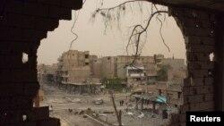Поврежденное здание в провинции Дейр-эз-Зор в Сирии.
