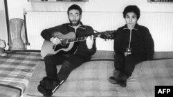 Beatles тобының мүшесі Джон Леннон (сол жақта) әйелі Йоко Ономен. 26 қаңтар 1970 жыл. (Көрнекі сурет)