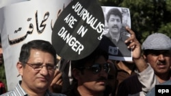 Pakistan -- Pakistani journalists rally to protest an attack on their colleague in April, 2014.