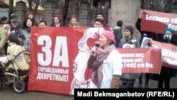 Митинг женщин против сокращения декретных. Алматы, 16 марта 2013 года.