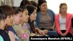 Студентки Казахского национального педагогического университета в Алматы. Иллюстративное фото.