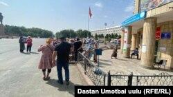 Вход на избирательный участок, город Ош. 11 июля 2021 г.
