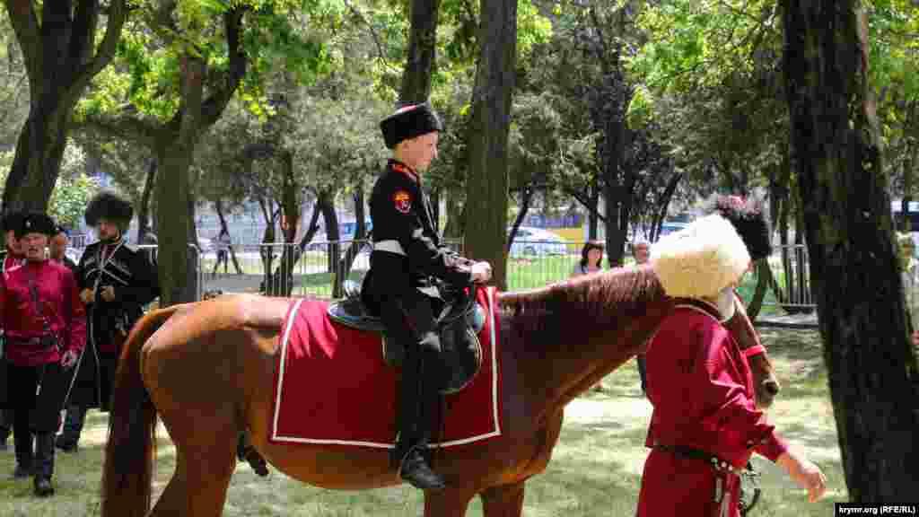 По традиции казаки впервые сажали детей на коня в возрасте трех лет