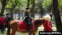 Зі зброєю і на конях. Як у Криму дітей у казаки посвячували (фоторепортаж)