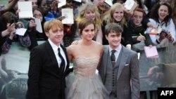 Эмма Уотсон с актерами Дэниелом Рэдклиффом и Рупертом Гринтом – двумя другими «звездами» фильмов о Гарри Поттере.