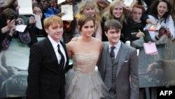 """Эмма Уотсон с актерами Дэниелом Рэдклиффом и Рупертом Гринтом – двумя другими """"звездами"""" фильмов о Гарри Поттере"""