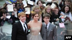 بازیگران فیلم هری پاتر، جادوگر حوان از چپ به راست: روپرت گرینت، اما واتسون و دانیل رادکلیف، در مراسم نمایش فیلم در لندن.