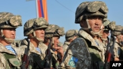 Казахстанские солдаты участвуют в учениях ОДКБ на армяно-турецкой границе. 15 сентября 2012 года.