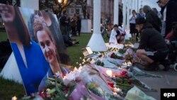 Lule dhe qirinjë në përkujtim të ligjvënëses së vrarë Jo Cox në Londër