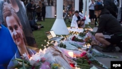 Цветы на месте убийства Джо Кокс