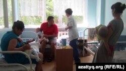 Бір бөлмеге тоғытылған науқас балалардың қамқоршылары . Балалардың қалалық клиникалық жұқпалы аурулар ауруханасы. Алматы, 9 маусым 2011 жыл.