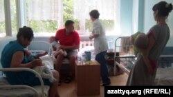 Родители с больными детьми в детском лечебном учреждении, Алматы. Иллюстративное фото.