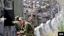 Колона російських військовослужбовців рухається у напрямку Цхінвалі. 9 серпня 2008 року