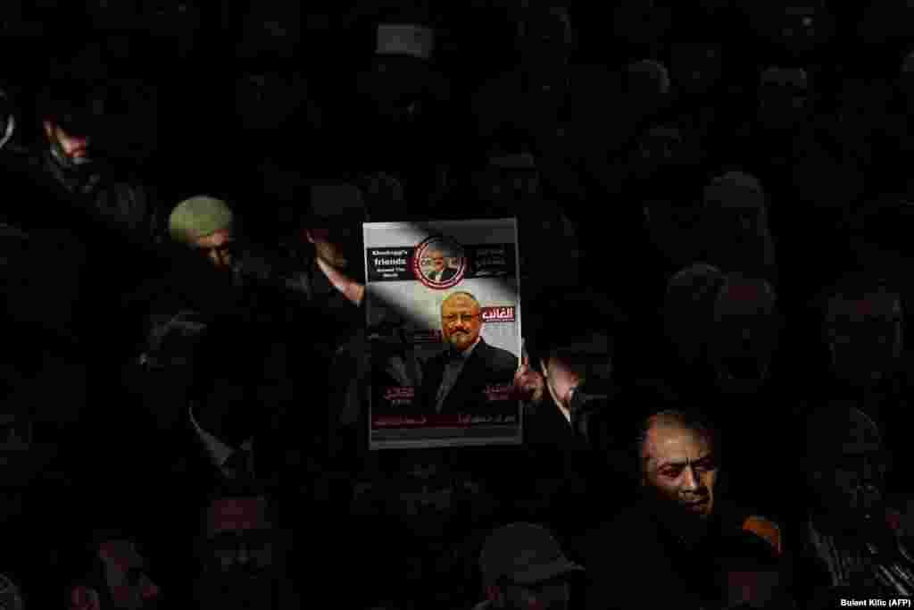Чоловік тримає фотографію Джамаля Хашокджі під час символічної похоронної молитви за саудівським журналістом у дворі мечеті Фатіх в Стамбулі 16 листопада.Центральне розвідувальне управління (США) дійшло висновку, що вбивство опозиційного саудівського журналіста Джамаля Хашокджі замовив наслідний принц Саудівської Аравії Мухаммед бін Салман. Опозиційний саудівський журналіст, критик саудівської влади та оглядач The Washington Post Джамал Хашокджі був убитий на території консульства Саудівської Аравії у Стамбулі 2 жовтня. За словами державного обвинувача, журналіст був убитий смертельною ін'єкцією, після чого його тіло розчленували. (Bulent Kilic/AFP)