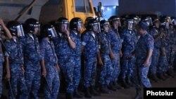 Сотрудники сил безопасности Армении в ереванском районе Эребуни, где 17 июля группа вооруженных людей захватила здание полка патрульно-постовой службы. Ереван, 18 июля 2016 года.