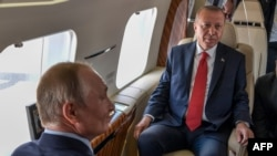 Путин и Эрдоган осматривают самолеты в Жуковском