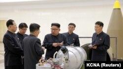 رهبر کره شمالی در این تصویر در حال بازدید از یک تاسیسات نظامی و هستهای در سپتامبر ۲۰۱۷