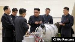 کیم جونگاون در حال بازدید از یکی از تاسیسات اتمی؛ سپتامبر ۲۰۱۷