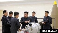 Ким Чен Ын Түндүк Кореянын өзөктүк программасына тиешеси бар жайына барган учур. Сүрөт 2017-жылы, 3-сентябрда таратылган.