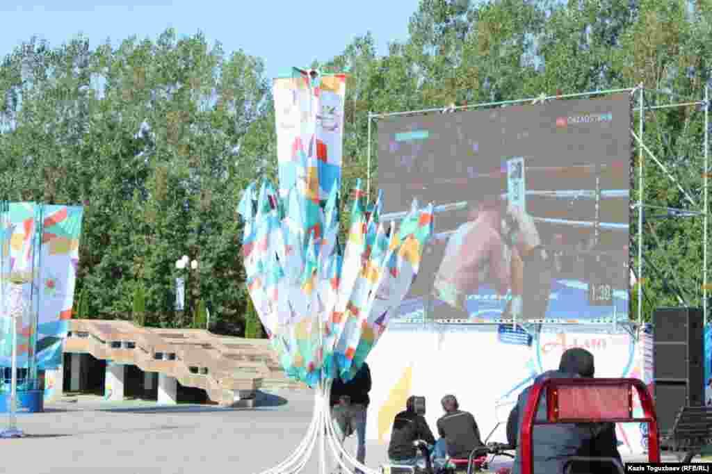 Показ на большом экране в Парке первого президента в Алматы боксерского поединка между казахстанским боксером Геннадием Головкиным и мексиканским боксером Саулем Альваресом. Давно ожидаемый поединок завершился в США вничью.