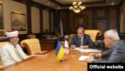 Аблаев (c) белән Могилев (у) очрашуында Кырым хөкүмәтенең рәис урынбасары Азиз Абдуллаев (уң) да катнашты