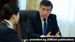 Президент Сооронбай Жээнбеков Индира Жолдубаеваны кабыл алган учурлардын бири. 15-февраль, 2018-жыл.