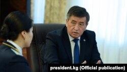 Сооронбай Жээнбеков башкы прокурор Индира Жолдубаеваны кабыл алып жаткан учур.