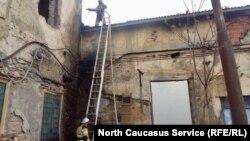 Пожарники тушат огонь в Махачкале, 2 мая 2017 года