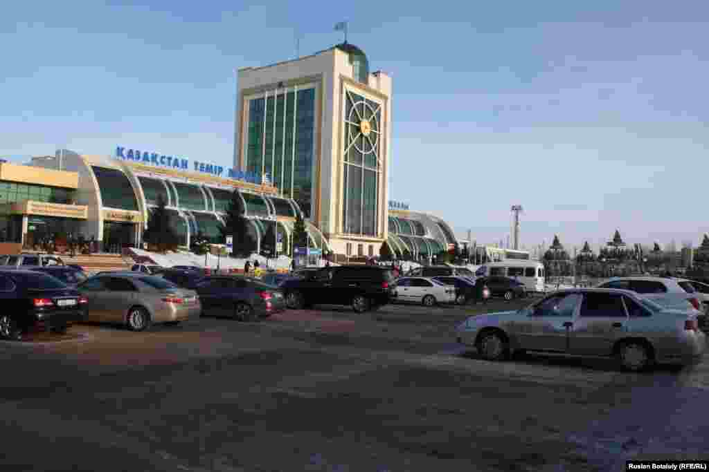 """Автотұрақ ақылы болған соң көп орындар босап қалған. Бұрын заңсыз таксистер тұратын мына қатарда бұрын көлік қоятын жеп табылмайтын. Пойыздан түскен жолаушыларды """"Такси! Такси!"""" деп айғайлап қарсы алатын адамдар да бүгін көрінбеді. Астана, 10 қаңтар 2017 жыл."""