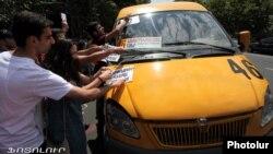 Հայաստան – Մի խումբ քաղաքացիական ակտիվիստներ բողոքի ակցիա են անցկացնում հասարակական տրանսպորտի սակագինը բարձրացնելու՝ քաղաքապետարանի որոշման դեմ, Երևան, արխիվ, 20-ը հուլիսի, 2013թ․