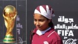 Un tînăr fotbalist pozînd pe aeroportul de la Doha