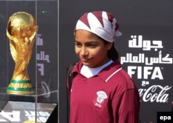 Tînărul fotbalist Asma Ali Suroor pozînd pe aeroportul de la Doha la sosirea Cupei Mondiale FIFA