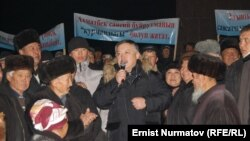 Kyrgyzstan -- Supporters of resigned Parliament Speaker Keldibekov hold meeting in Osh, 13Dec2011