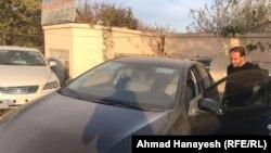 احمد هنایش خبرنگار رادیو آزادی حین بازدید از یکی از موتر های کلید در یکی از موتر فروشی های ولایت پروان