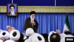 رهبر ایران می گوید که ورود «عنصرنفوذی به مجلس و خبرگان، مثل موریانه از داخل، پایهها را میجود».