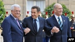 Sarkozy (center) welcomes Palestinian Authority President Mahmud Abbas (left) and Israeli Prime Minister Ehud Olmert (right)