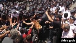 Полиция Еревандағы демонстранттарды Баграмян даңғылынан ығыстырып жатыр. Армения, 6 шілде 2015 жыл.