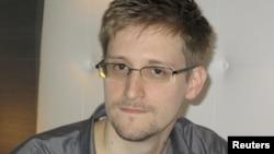 Эдвард Сноуден якшанба куни Ҳонг Конгдан Москвага учиб келганидан бери жамоатчиликка кўриниш бергани йўқ.