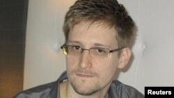 АҚШ Марказий разведка бошқармасининг собиқ ходими Эдвард Сноуден.
