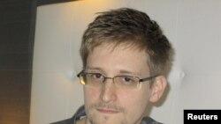 """Пока Эдвард Сноуден остается в транзитной зоне аэропорта """"Шереметьево"""""""