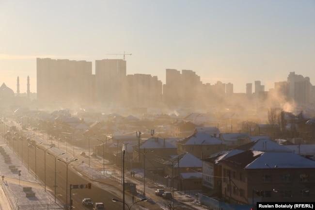 Несмотря на расположение в ветреной степи, угольный смог то и дело накрывает и столицу Казахстана Нур-Султан