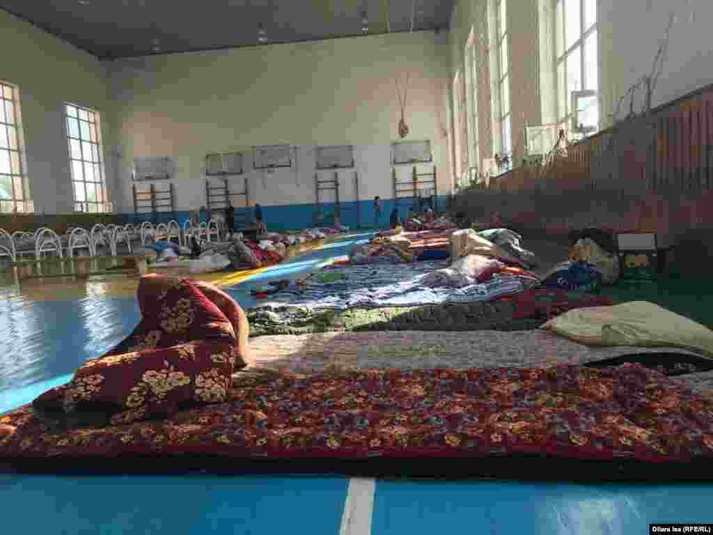 Спальные места в спортзале школы № 87, ставшей эвакуационным пунктом для жителей города Арысь.