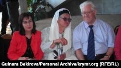 Зампіра Асанова (в центрі) з Гульнарою Бекіровою і вченим Юрієм Білухою