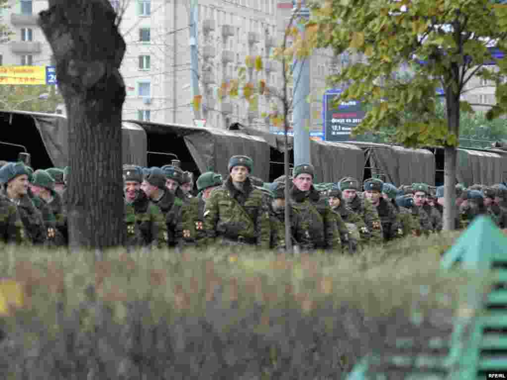 """Шеренги милицейского оцепления провожали раходящихся участников марша от гостиницы """"Украина"""" до самого Киевского вокзала."""
