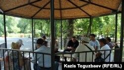 Саяси тұтқындарды қолдау акциясының алдында Ганди паркінде кездесіп отырған азаматтық белсенділер. Алматы, 29 шілде 2017 жыл.