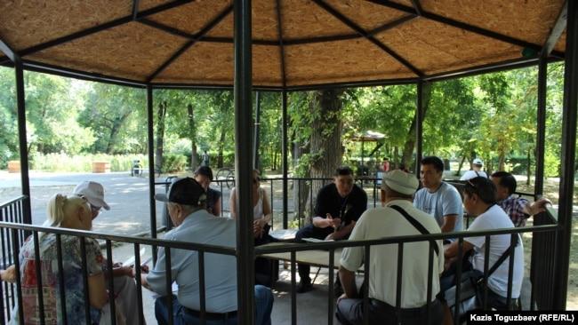 Встреча гражданских активистов в парке имени Ганди в Алматы перед началом акции в поддержку политических заключенных. 29 июля 2017 года.