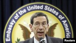 رابرت آینهورن، مشاور ارشد وزیر خارجه آمریکا در حوزه منع گسترش سلاحهای اتمی و کنترل اسلحه- سئول، ۱۴ آذرماه ۱۳۹۰