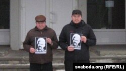Activists Eugene Parchynski and Syarhey Malashenka photographed on the porch of the Navapolatsk City Court with the the same photo in early January.