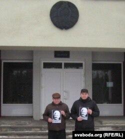 Наваполацкія актывісты Яўген Парчынскі і Сяргей Малашэнак сфатаграфаваліся на ганках гарадзкога суду з партрэтамі асуджанага Алеся Бяляцкага