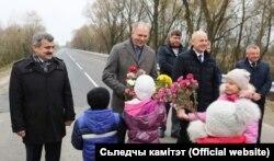 Дзеці дораць кветкі Івану Наскевічу